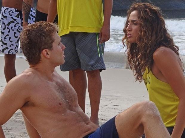 19.mar.2015 - Regina (Camila Pitanga) se revolta com Vinicius (Thiago Fragoso) depois de beijo roubado nas areias do Leme em