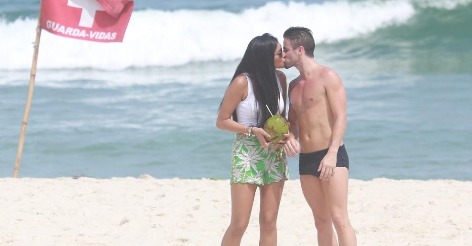 """19.mar.2015 - Talita e Rafael, que assumiram o namoro fora da casa do """"BBb15"""", trocaram beijos durante um passeio nesta quinta-feira (19) na Praia da Barra da Tijuca, na Zona Oeste do Rio de Janeiro"""