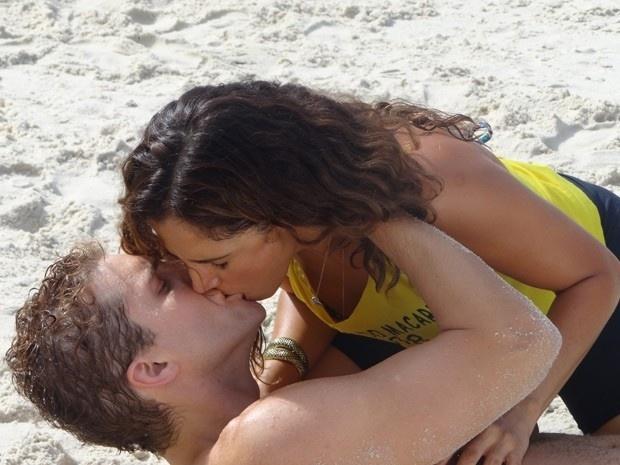 19.mar.2015 - Vinicius (Thiago Fragoso) rouba beijo de Regina (Camila Pitanga) nas areias do Leme em