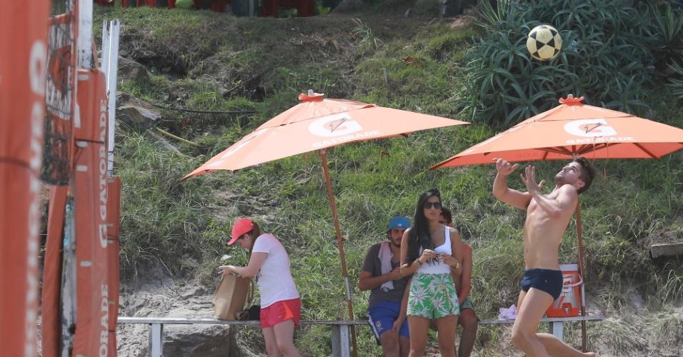 .mar.2015 - Enquanto Rafael joga futevôlei, Talita não perde um lance do namorado que mostra categoria na modalidade