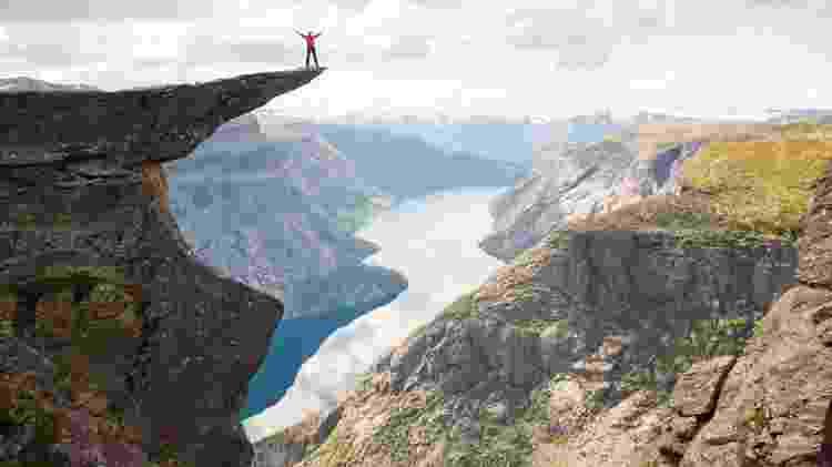 O mirante de Trolltunga, 700 metros acima do lago Ringedalsvatnet - Divulgação/Visit Norway