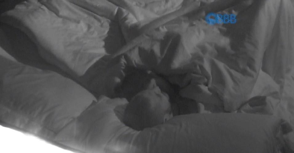 15.mar.2015 - Fernando e Amanda repetem a dose da primeira noite e fazem sexo duas vezes durante a madrugada desta sexta-feira (20)