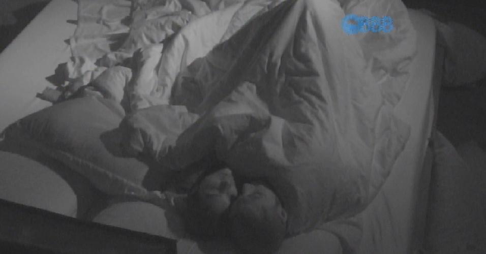 20.mar.2015 - Amanda e Fernando acordaram animados na manhã desta sexta-feira. Por volta das 8h15, o brother encostou na empresária e ambos fizeram sexo novamente no quarto do líder. Foi a terceira vez desde a noite passada