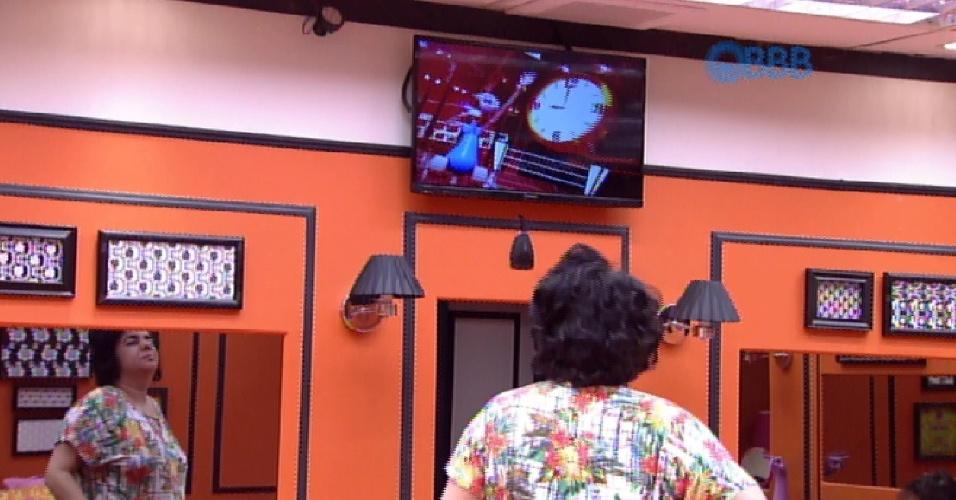 """20.mar.2015 - Após ser acordada pelo barulho do despertador da casa, Mariza assiste o vídeo estilizado que a produção preparou. Nesta sexta-feira, os robozinhos do programa tentaram """"cantar"""" no """"The Voice Brasil"""""""