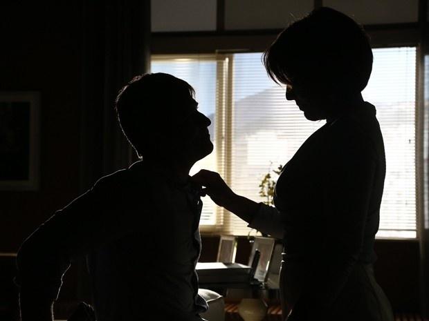 20.mar.2015 - Beatriz tenta acalmar Murilo após oferecer pouco dinheiro por sua parceria, e se insinua para o contraventor