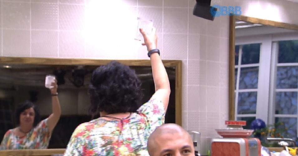 20.mar.2015 - Mariza comemora permanência dos confinados no grupo Tá com Tudo, onde a comida não é restrita. Animada, ela levanta a taça de água no ar.