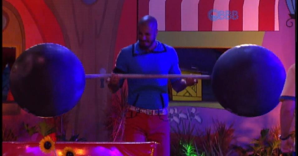 20.mar.2015 - Na festa Cartoon, Fernando brinca de levantar peso de mentira