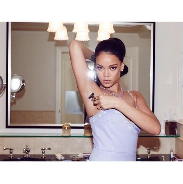 20.mar.2015 - Rihanna posta foto raspando as axilas