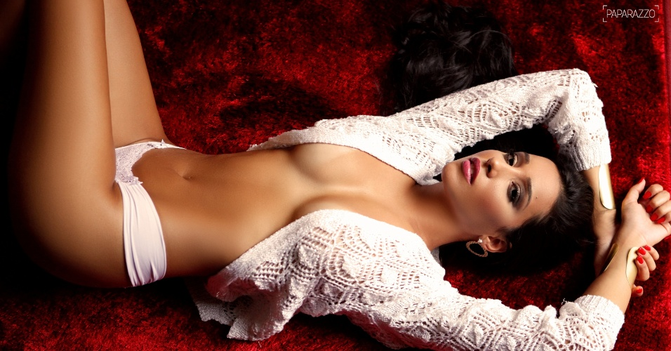 A ex-BBB Talita Araújo posa sensual para o site Paparazzo