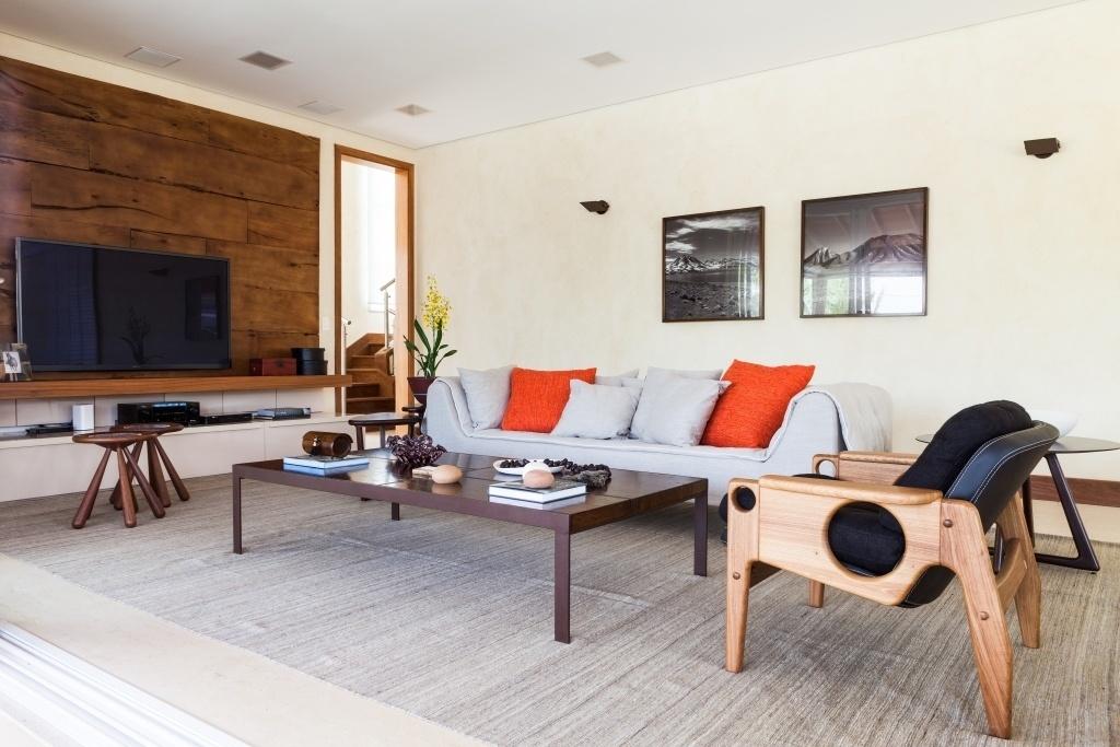 O living é destaque na casa de campo em Itu: poltronas Sergio Rodrigues (Dpot), sofá de linho (Saccaro) e mesa de centro de aço corten com madeira (Vermeil) são combinados aos revestimentos e cores que dão tom rústico à decoração. O projeto de interiores é do escritório Díptico