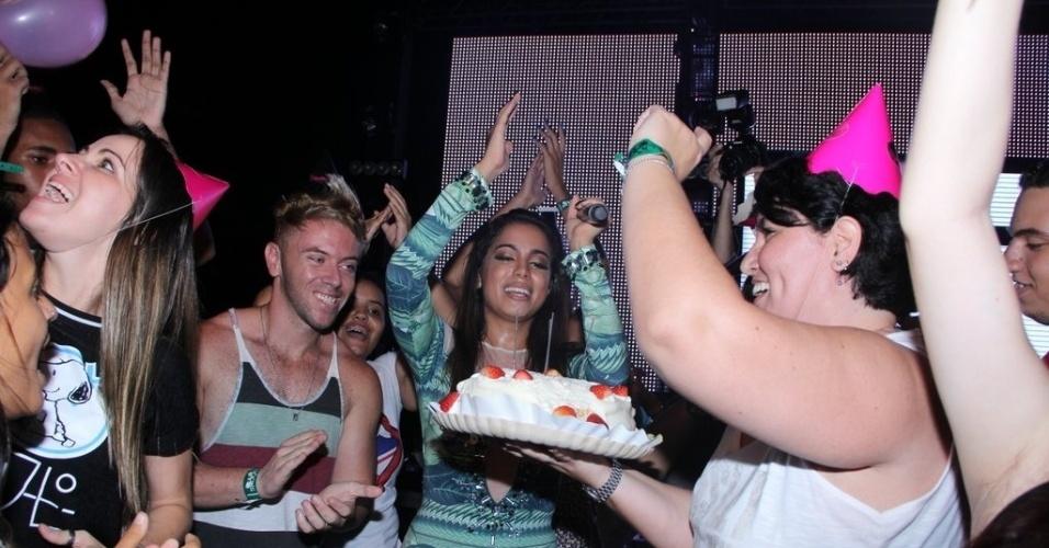 21.mar.2015 - Os fãs de Anitta subiram ao palco com bolo e bolas. A cantora não esperava a festa de aniversário antecipada  pelo público e ficou emocionada