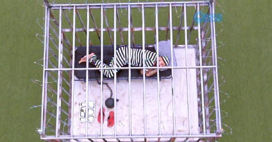 21.mar.2015 - Como castigo do monstro, Fernando ficará preso em uma cela no jardim até domingo