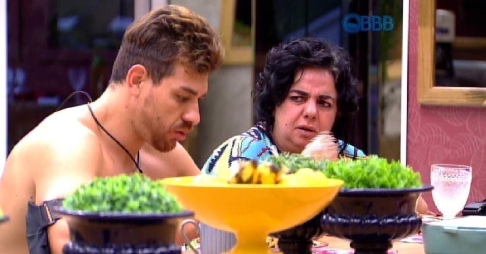 """21.mar.2015 - Enquanto almoça com Mariza, Cézar comenta: """"Se eu sair na última [semana], vou sair com estigma de derrotado"""", afirma."""