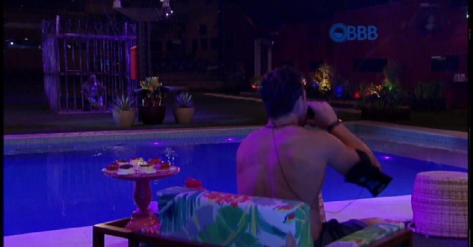 21.mar.2015 - Enquanto brothers curtem jantar, Fernando come sozinho na cela do outro lado da piscina