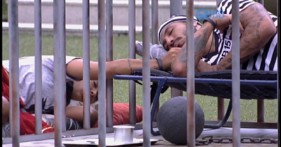 21.mar.2015 - Fernando descansa na cela, como presidiário, e Amanda faz carinho na barba do brother
