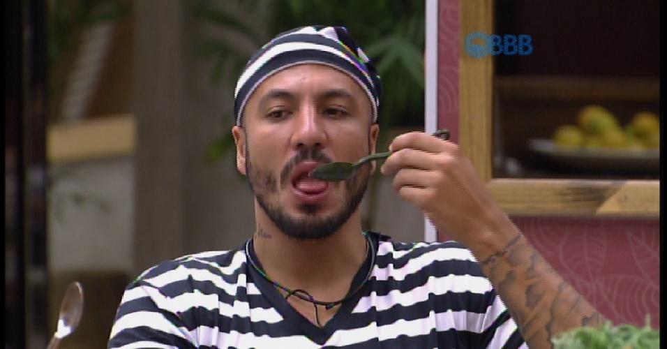 21.mar.2015 - Fernando toma bronca por comer fora da cela durante manutenção na área externa