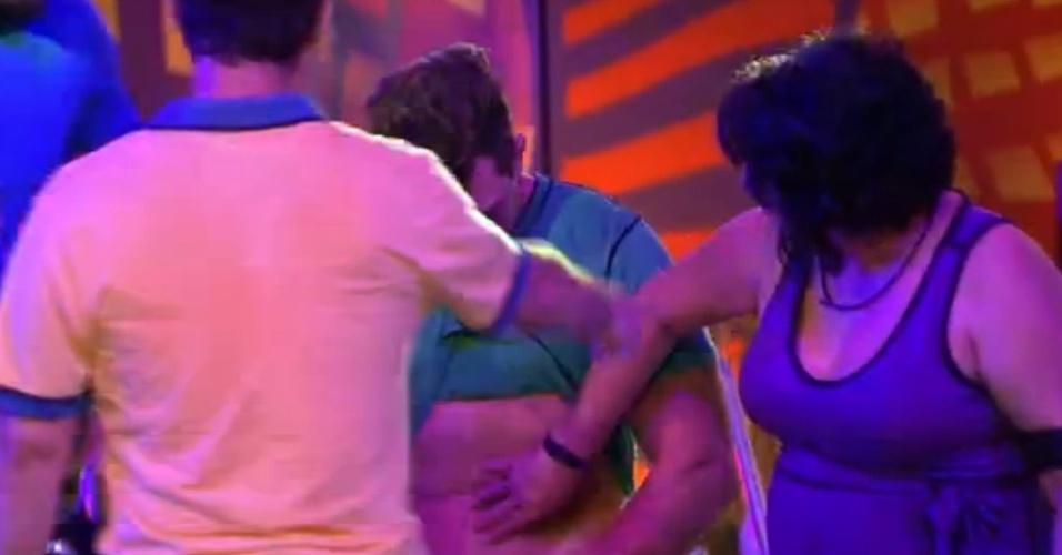 21.mar.2015 - Mariza passa mão na barriga de Cézar durante festa