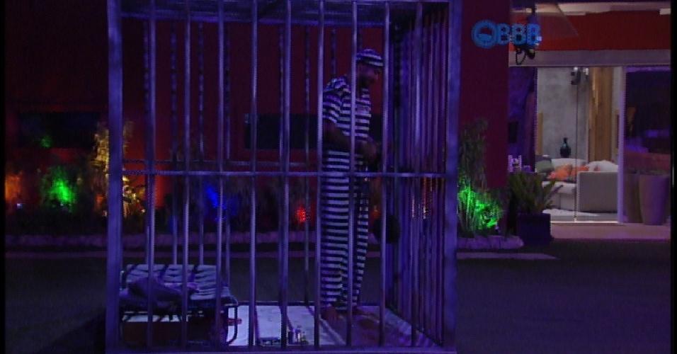 21.mar.2015 - Mesmo com jantar, Fernando não pode sair da cela do castigo do monstro