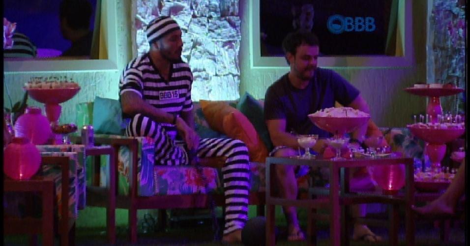 21.mar.2015 - Sirene toca e Fernando pode participar da festa junto com os outros brothers