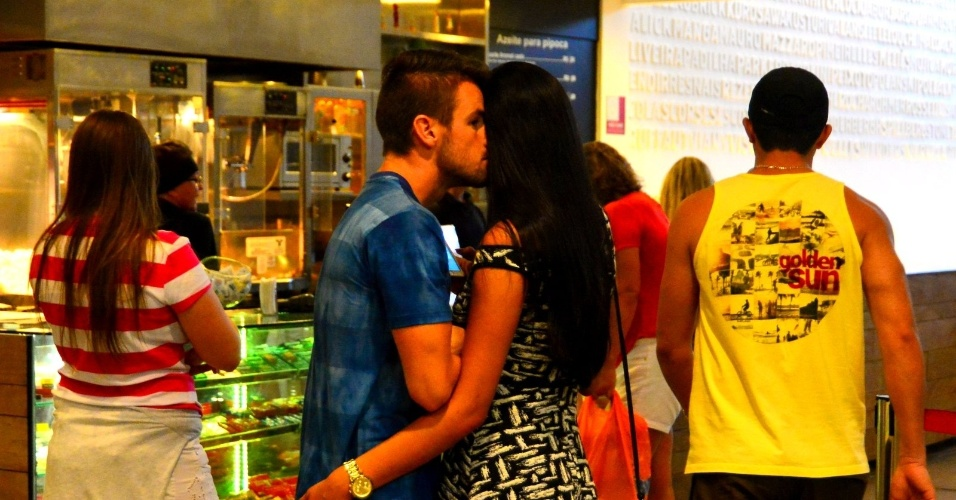 21.mar.2015 - Talita e Rafael passeiam no shopping com a irmã do brother