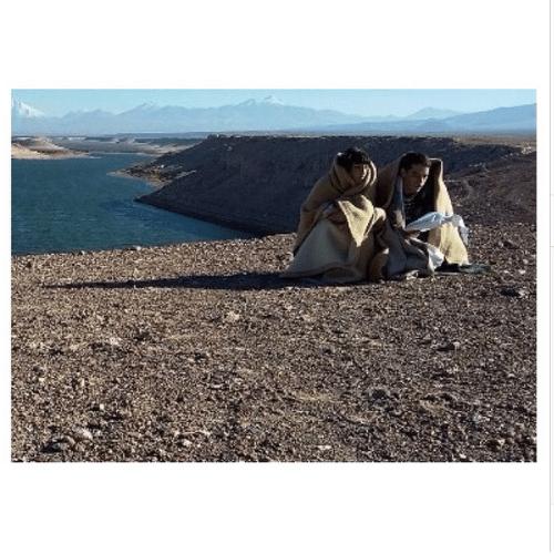 Camila Rodrigues e Guilherme Winter passam o texto numa manhã gelada no Deserto do Atacama, no Chile