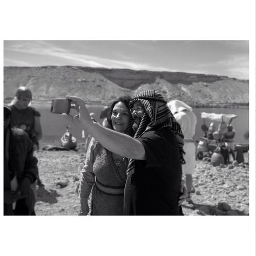 Denise Del Vecchio, que vive Joquebede, faz selfie com o diretor de fotografia da trama nas gravações no Deserto do Atacama, no Chile