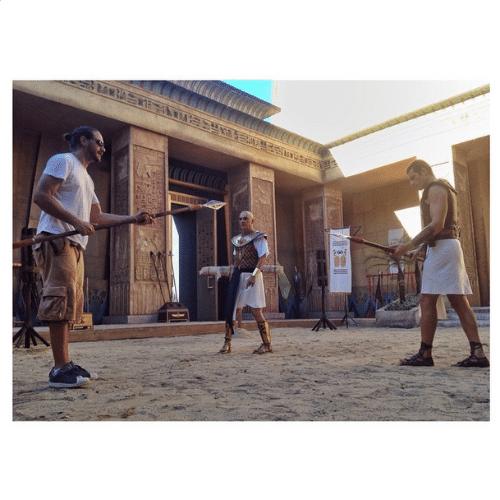 O diretor Ramsa Wood dando instruções para a cena de luta entre os atores Daniel Aguiar e Sérgio Marone
