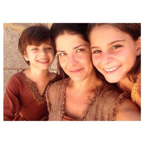 Samara Felippo, que vive Joquebede na primeira fase, com seus filhos na ficção, os atores Pedro Carminatio e Bella Koppel