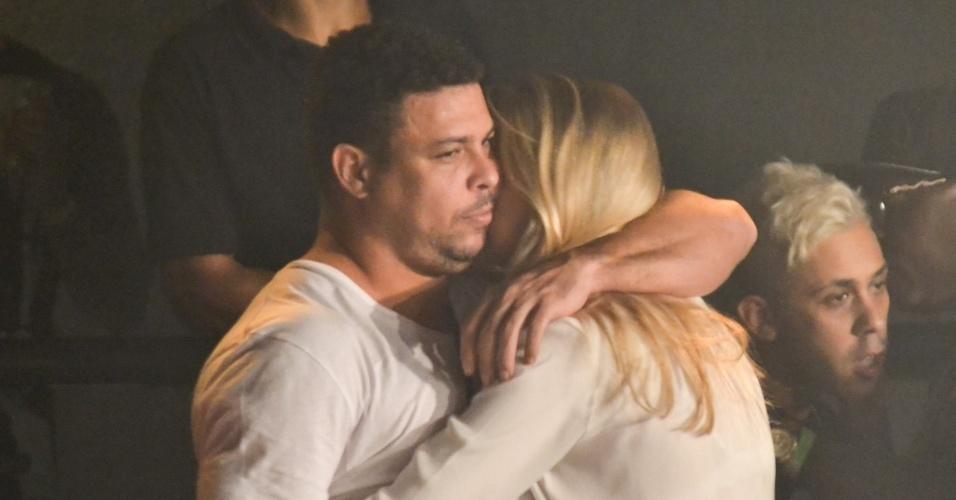 21.mar.2015 - Ao lado da namorada Celina Locks, o ex-jogador de futebol Ronaldo assiste ao show do grupo de rap Racionais MC's no Audio Club, em São Paulo