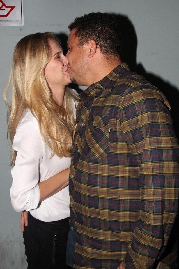21.mar.2015 - Ronaldo Fenômeno beija a namorada, a modelo Celina Locks, nos bastidores do show da banda Racionais MC's, em São Paulo