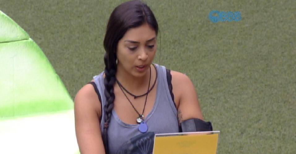 22.mar.2015 - A líder Amanda lê as instruções sobre a prova da comida, realizada neste domingo