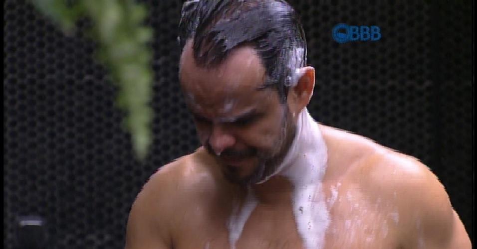 22.mar.2015 - Água acaba e Adrilles ainda está com xampu na cabeça