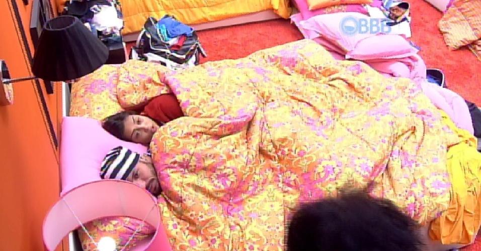 22.mar.2015 - Após a produção fechar a área externa da casa, Amanda e Fernando vão para o quarto laranja juntos e deitam na mesma cama.