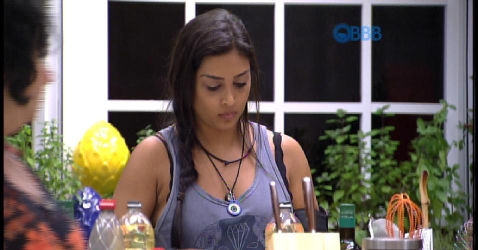 22.mar.2015 - Mariza ensina Amanda a fazer carne para o almoço