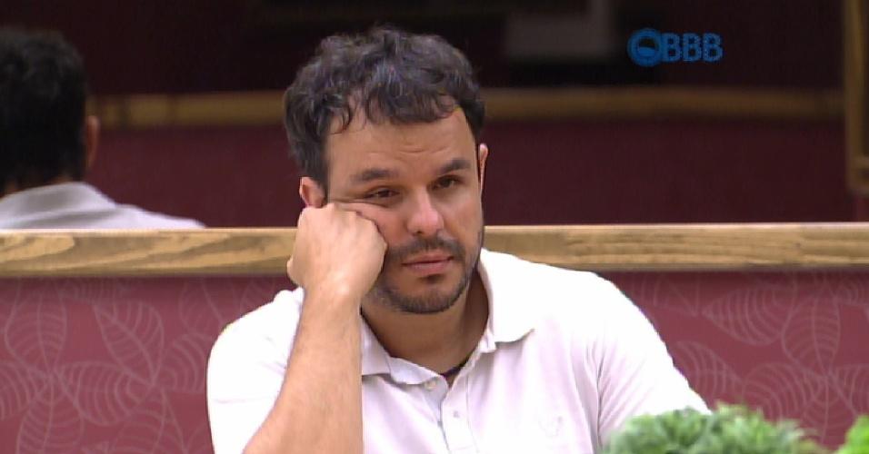 """22.mar.2015 - Mariza questiona Adrilles sobre a opinião do brother a respeito do casal Amanda e Fernando. """"A gente não vê a relação íntima dos dois"""", responde ele"""