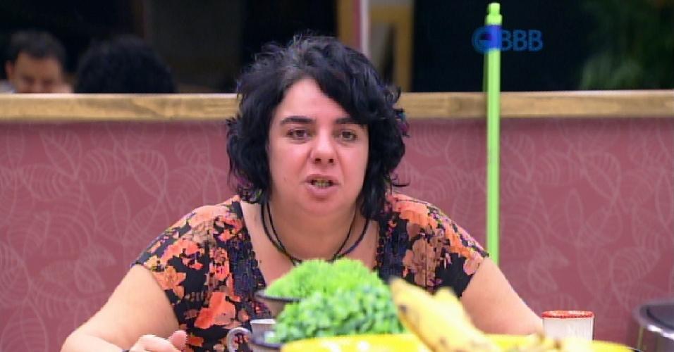 22.mar.2015 - Mariza toma café, na manhã deste domingo, quando Adrilles questiona o que ela disse no Raio-X, vídeo de 30 segundos que eles são obrigados a gravar diariamente.