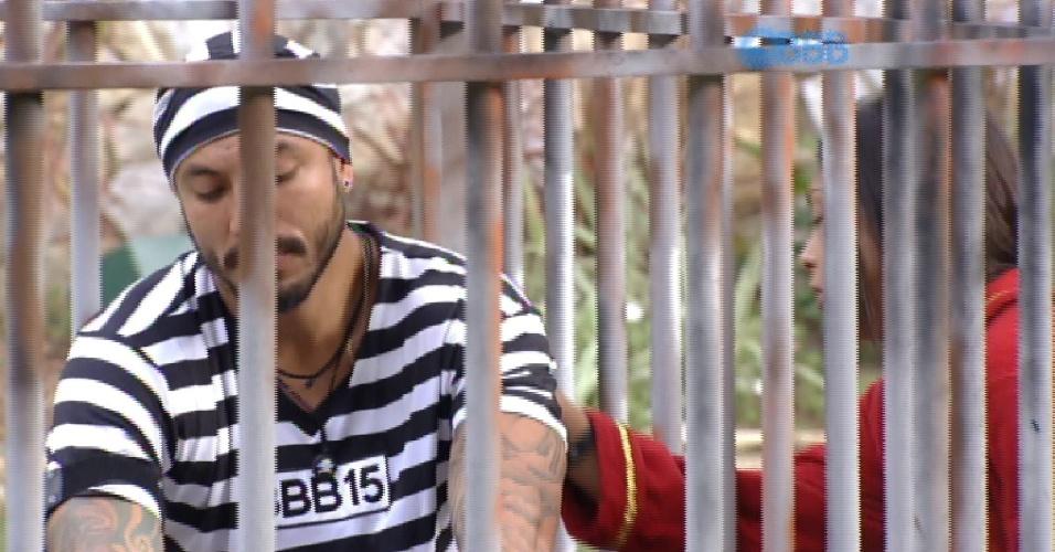 22.mar.2015 - O despertador toca e Amanda, que foi dormir sozinha no quarto do líder, acorda e deixa rapidamente o quarto, para conferir como Fernando está em sua cela do castigo do monstro.