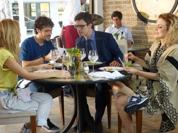 Depois do primeiro encontro no aeroporto, Júlia (Isabelle Drummond), Pedro (Jayme Matarazzo), Luís (Thiago Rodrigues) e Laila (Maria Eduarda de Carvalho) saem para almoçar e a sintonia entre os quatro meios-irmãos é imediata. O grupo conversa animadamente sobre as respectivas famílias