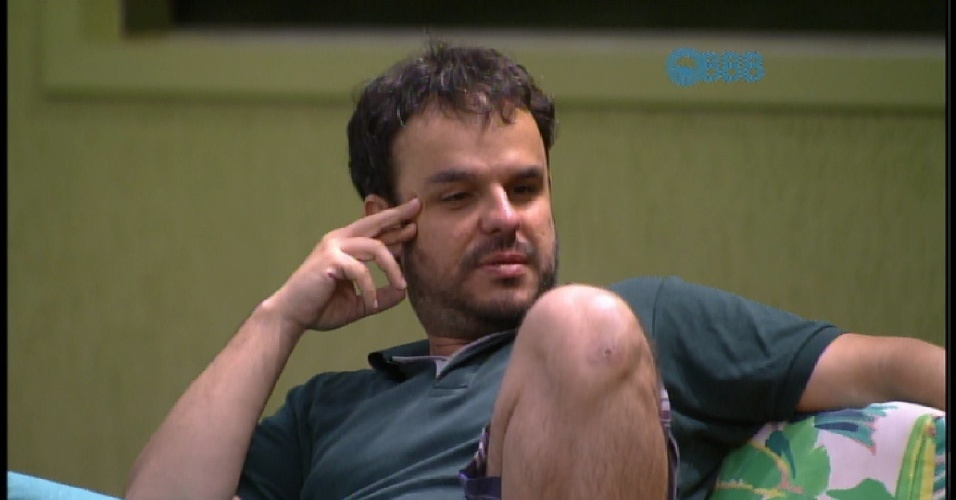 23.mar.2015 - Adrilles avisa que vai andar pelado para animar a casa