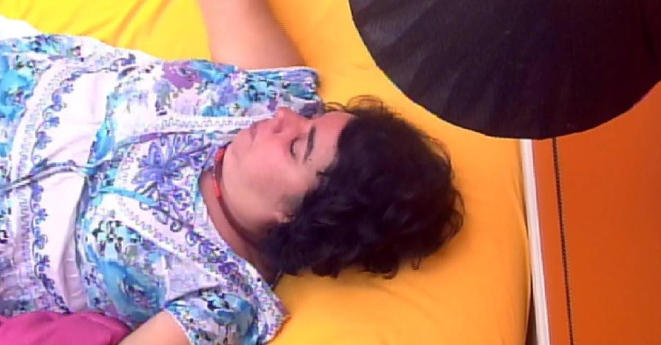 23.mar.2015 - Emparedada, Mariza chora sozinha no quarto