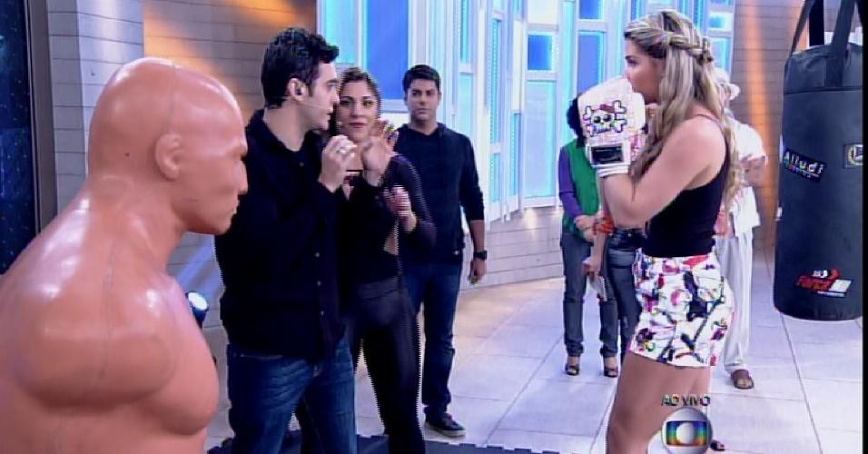"""23.mar.2015 - Fátima Bernardes convida Aline para treinar boxe no palco do """"Encontro"""". """"Vai imaginando o Fernando"""", brinca Lair Rennó. Em seguida, ele diz que Marcos Veras será o """"Fernando"""" e a ex-BBB dá risada"""