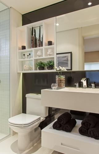 Com 2,8 m², este banheiro projetado pela arquiteta Maithiá Guedes teve o mobiliário desenvolvido sob medida para o melhor aproveitamento da área. A cuba escavada na bancada também economiza espaço