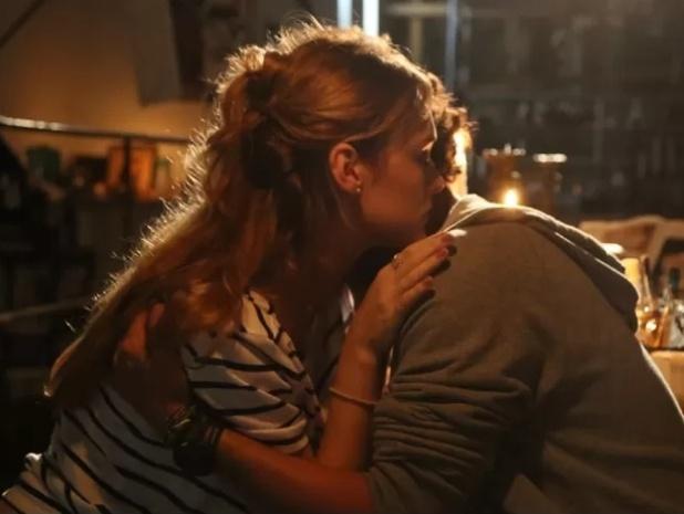 Júlia (Isabelle Drummond) e Pedro (Jayme Matarazzo) se abraçam e são flagrados por Edgard (Fernando Belo)