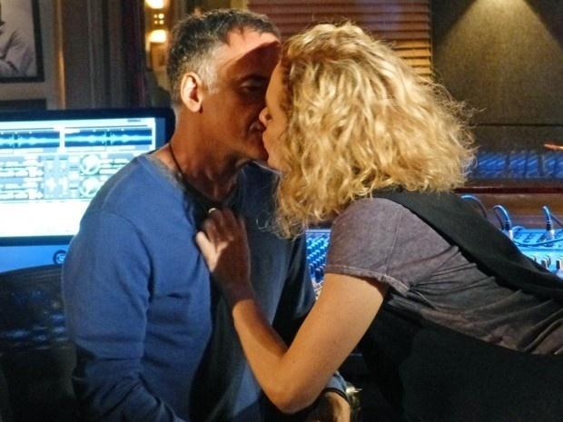 Laila beija Vicente