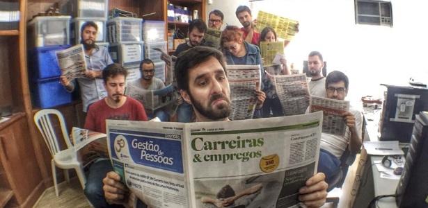 """No Facebook, Rafinha Bastos publica uma foto lendo o caderno de empregos do jornal com a sua equipe ao fundo: """"E lá vamos nós!"""", escreveu o humorista"""