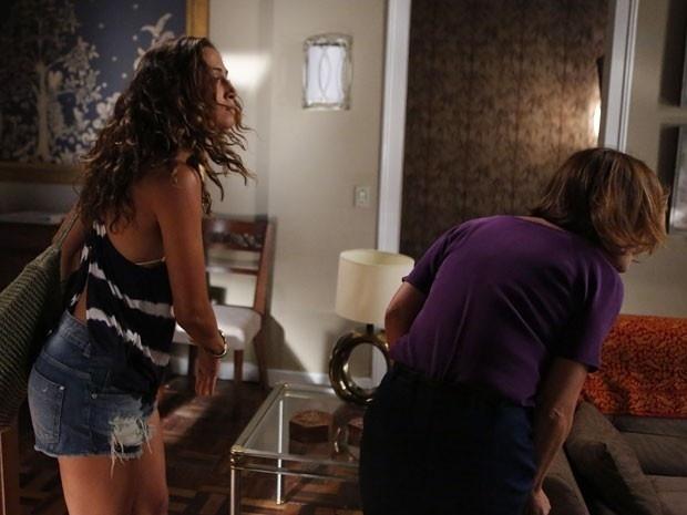 Regina (Camila Pitanga) dá um tapa em Inês (Adriana Esteves) quando a advogada tenta comprar seu depoimento em