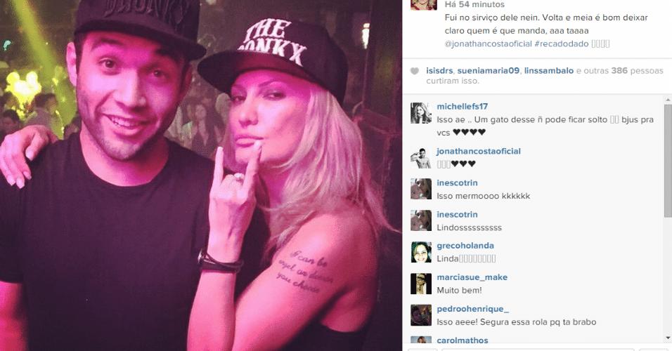 23.mar.2015 - Antonia Fontenelle assiste a um show do namorado, o funkeiro Jonathan Costa, na noite desta segunda-feira, e brinca que foi