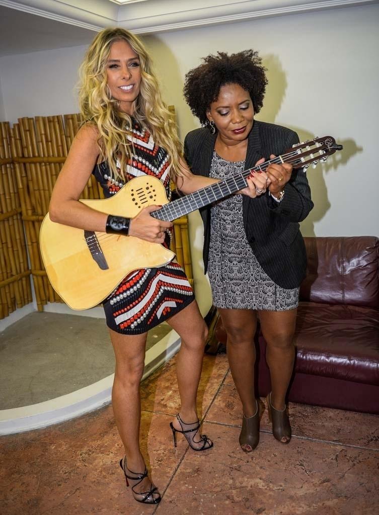 24.mar.2015 - Adriane Galisteu e Margareth Menezes na festa de 10 Anos do programa