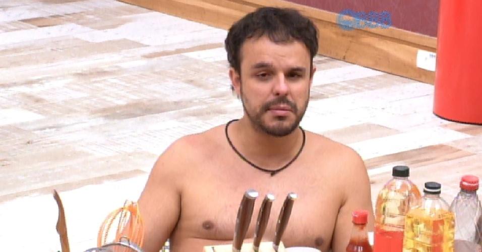 24.mar.2015 - Adrilles questiona Fernando se ela ama Amanda