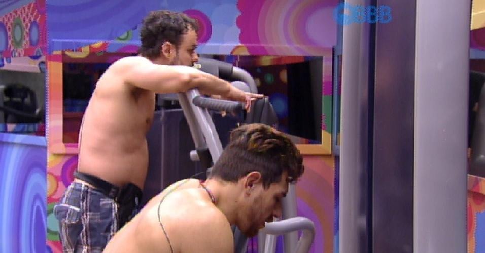 24.mar.2015 - Cézar e Adrilles conversam sobre Mariza no quarto